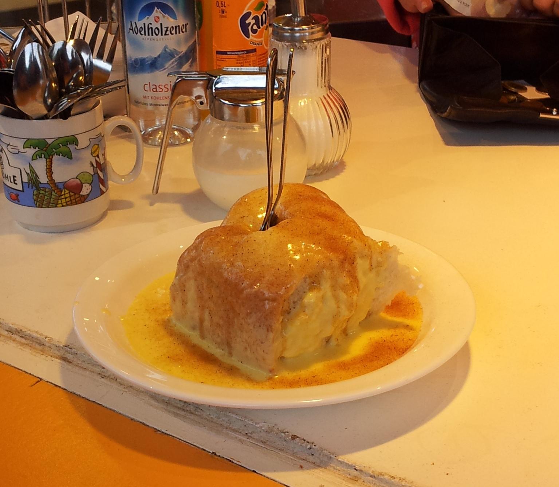 Na deser - słodka buła drożdżowa polana sosem cynamonowym. Pachniała nią na całym Oktoberfest ;)