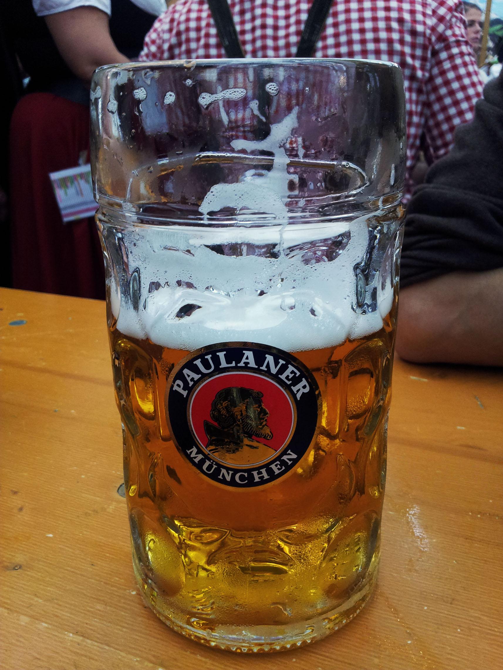 No i piwo!!! <3 Najważniejsza część Oktoberfest! Tutaj Paulaner, ale mamy do wyboru kilka innych piw w innych namiotach. Wszystkie są pyszne, nierozwodnione i wielkie! Koszt jednego to około 10-11 euro, a musicie wziąć pod uwagę że podczas całego dnia na pewno wypijecie ich kilka ;)
