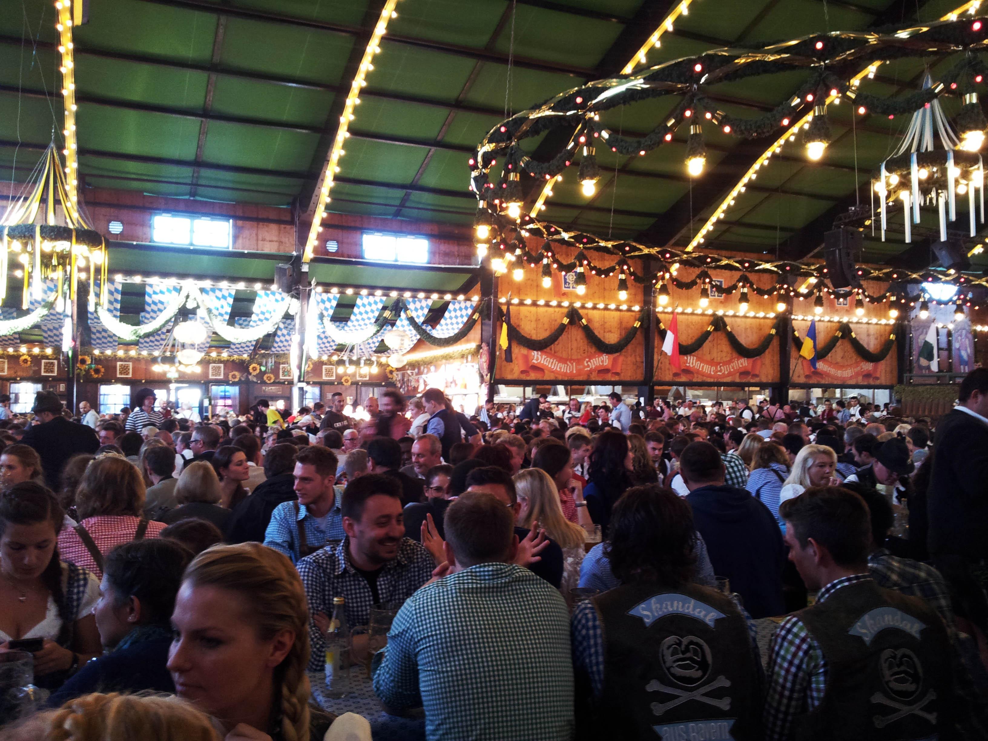 A tutaj w innym namiocie. Będąc na Oktoberfest weźcie pod uwagę, że jeśli w namiocie nie ma miejsc to ludzie nie są wpuszczani. I tak oto w godzinach wczesno-wieczornych może być tak, że wszystkie namioty są już zamknięte... Nam akurat się udało i w ciągu jednego dnia odwiedziliśmy aż 4 namioty i do wszystkich udało nam się wejść :)