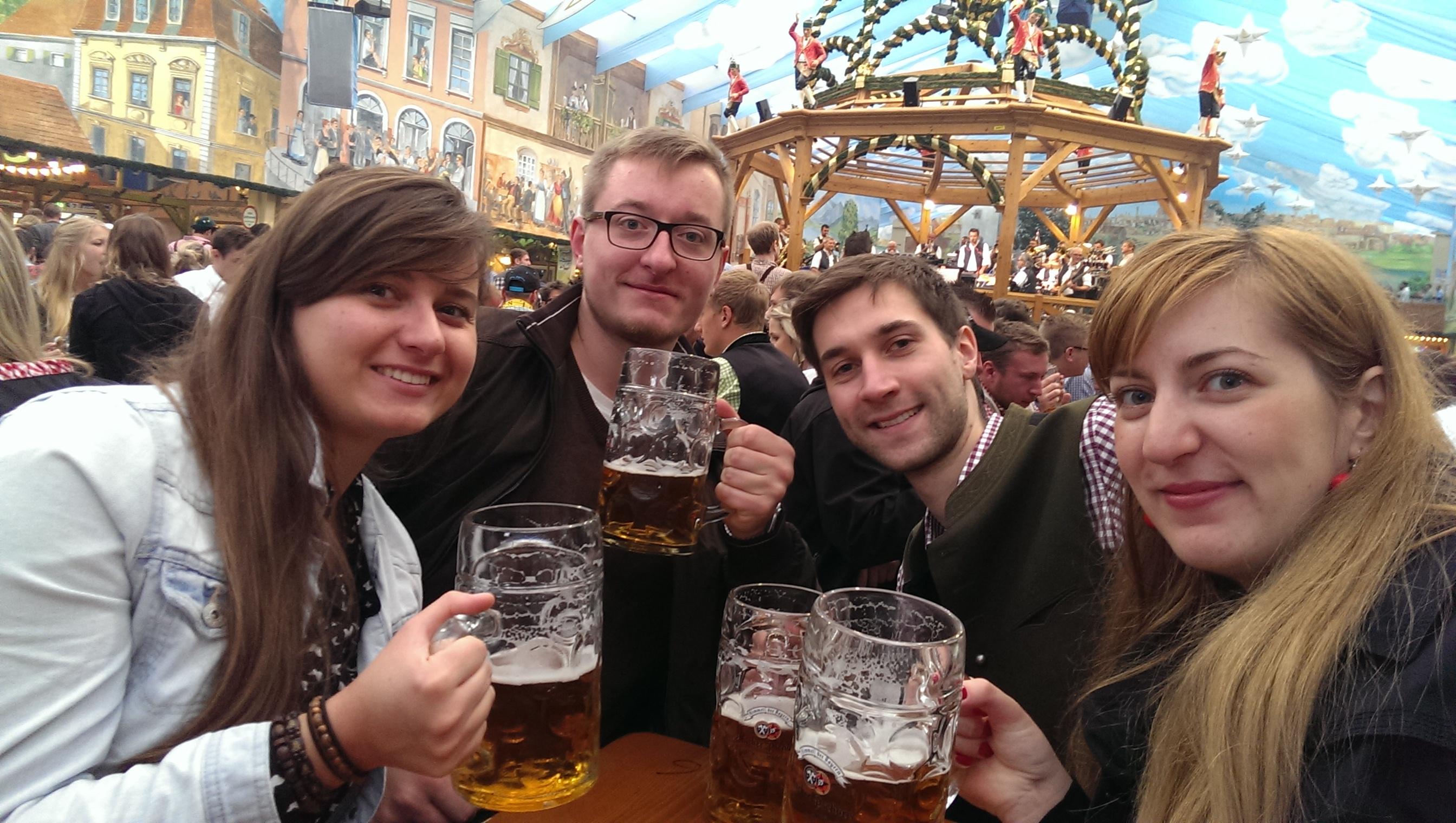 A oto my w namiocie! Ważne jest, żeby w namiocie znaleźć miejsce siedzące, inaczej nie możemy niestety zamówić piwa. Dla większej grupy osób niestety nie jest to takie łatwe zadanie. Na zdjęciu ja, mój Luby, mój znajomy którego odwiedzaliśmy w Monachium oraz moja koleżanka z uczelni :)