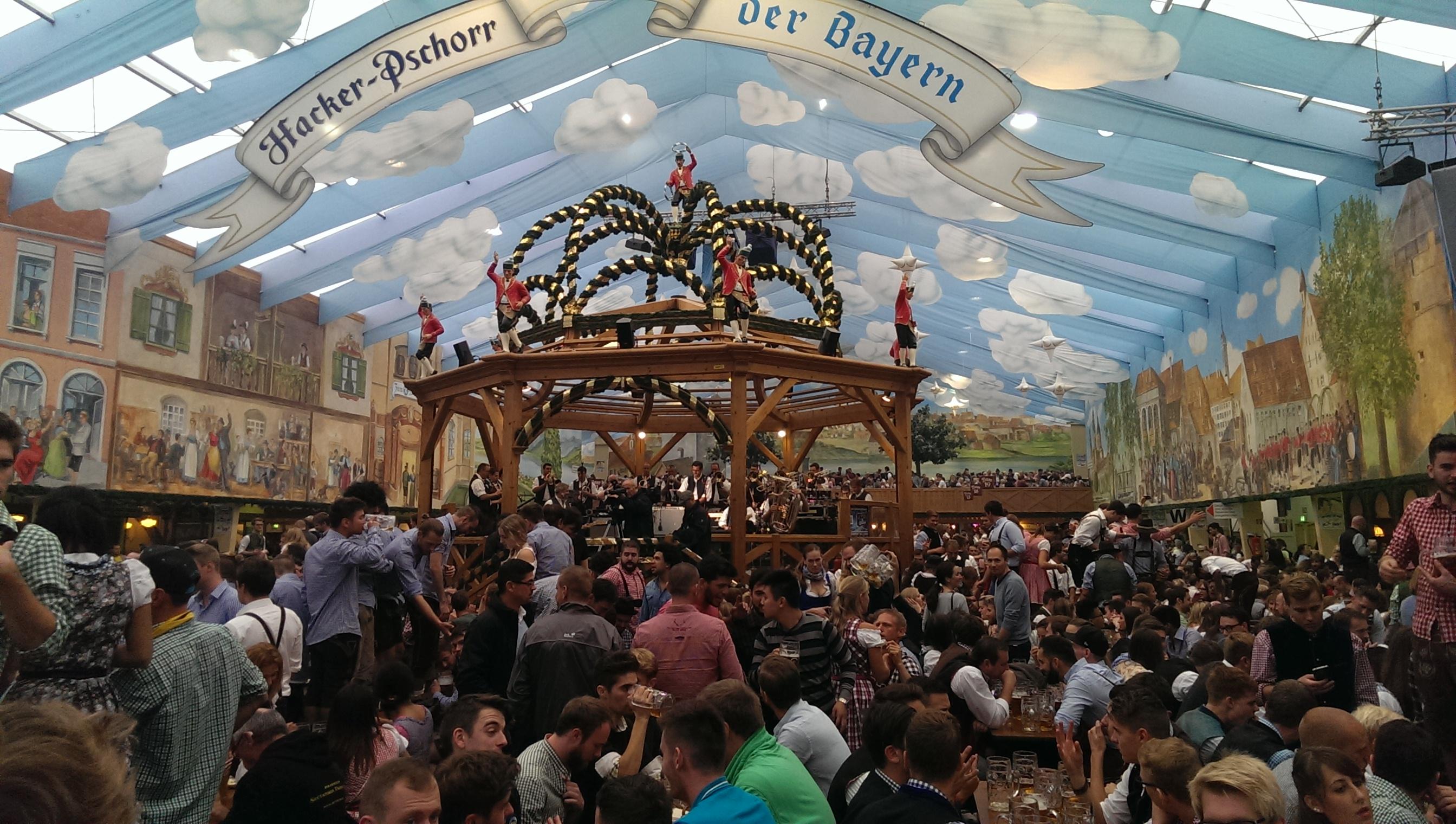"""W każdym namiocie na środku jest orkiestra która na żywo gra super muzykę. Począwszy od tradycyjnych niemieckich piosenek, poprzez niemieckie """"disco polo"""" aż po ponadczasowe międzynarodowe hity! Każdy znajdzie coś dla siebie! Atmosfera jest naprawdę niesamowita! Ludzie tańczą na stołach, śpiewają, każdy się dobrze bawi!"""