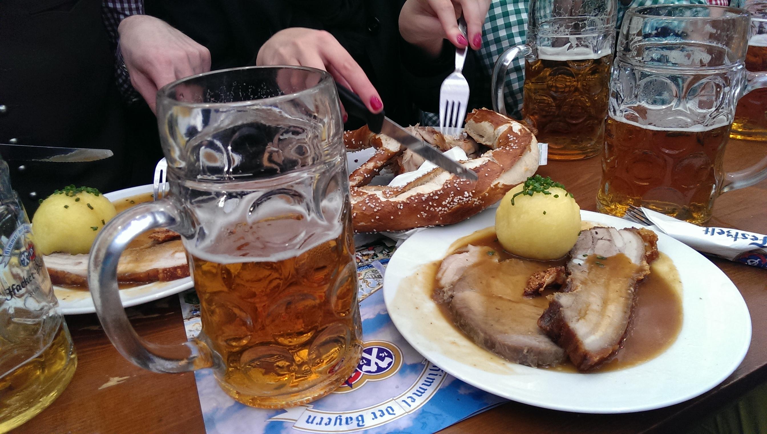 Dobra przejdźmy do jedzenia. Na moim talerzu jest szynka oraz boczek pieczone i polane sosem do tego knedel ziemniaczany. Na talerzu obok jest tradycyjny niemiecki precel - ogromny i baaardzo słony, oraz połówka pieczonego kurczaka. Kurczak to chyba najczęściej zamawiane danie - około 10 euro, moje danie chyba kosztowało jakieś 14. Wszystko było tradycyjne, nie jakieś super wykwintne, ale smaczne.